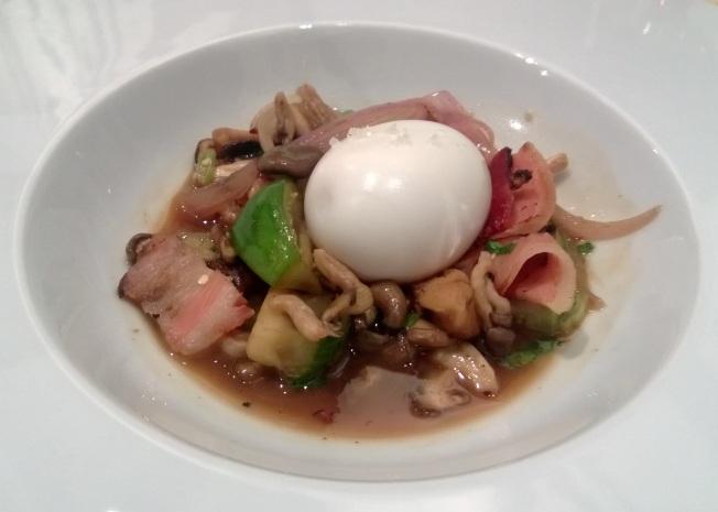 Ovo mole, cogumelos, legumes e caldo de galinha