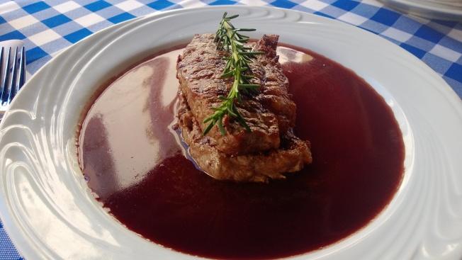 Carne ao vinho + penne gratinado