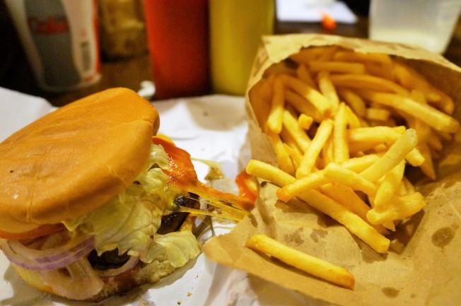 Hambúrguer personalizado + batata frita crocante